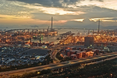 Port-Lager mit Ladungen und Container in der Nacht