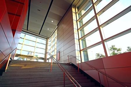 moderní budova a červené kovové stěny vnitřní photo