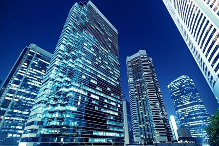 edificio corporativo: Los edificios altos de oficinas por la noche