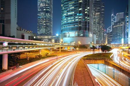 Verkehr nachts in der Innenstadt, hong kong