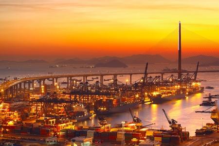 Port-Warehouse mit Ladungen und Container bei Sonnenuntergang