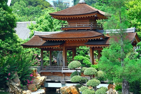 Pavillon und grüne Bäume am Tag