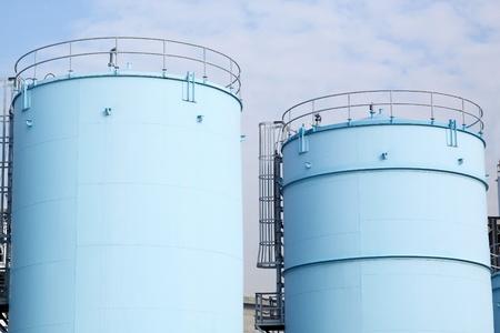 tanque de combustible: grandes tanques blancos de la gasolina y el petróleo en el puerto de Rotterdam
