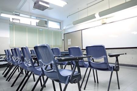 middle class: aula vacía con silla y tabla de