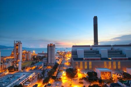 Cement Plant en macht satie in zonsondergang