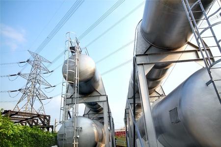 Gasbehälter und Power Tower Lizenzfreie Bilder