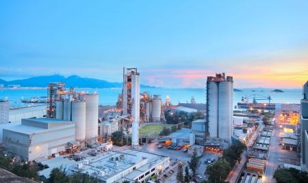 feldolgozás: Cement Plant, beton vagy cement gyár, nehézipar vagy az építőipar. Stock fotó