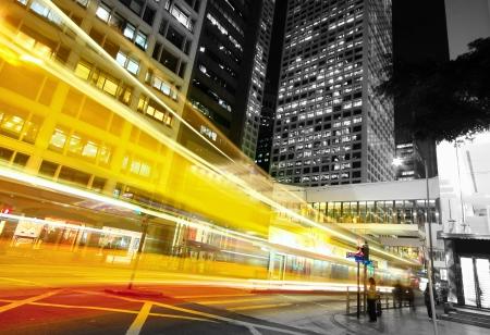modernen Stadtverkehr in der Nacht