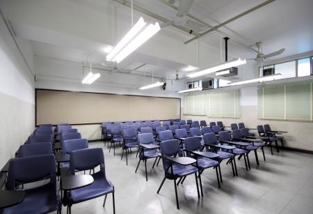 leeres Klassenzimmer mit Stuhl und Brett