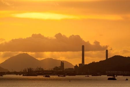 nuke plant: planta de energ�a con un rojo intenso y el cielo nublado por la noche Foto de archivo