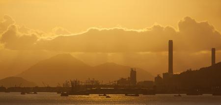 nuke plant: planta de energ?a con un rojo intenso y el cielo nublado por la noche Foto de archivo