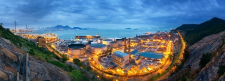 Gas storage spheres tank in petrochemical plant in sunset 版權商用圖片 - 17539358