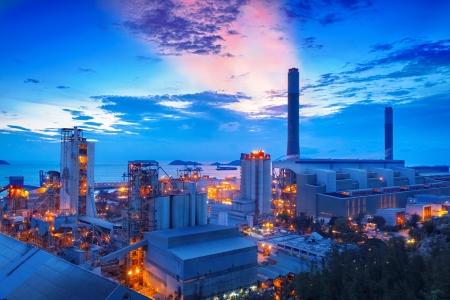 밤에 석탄 발전소와 시멘트 공장