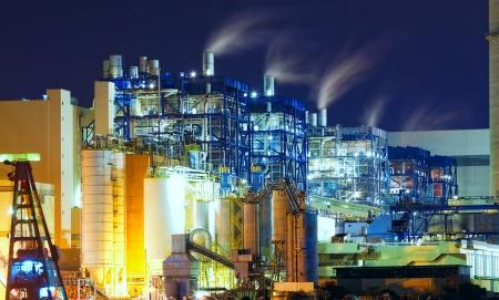electricidad industrial: central el�ctrica en la noche con el humo Editorial