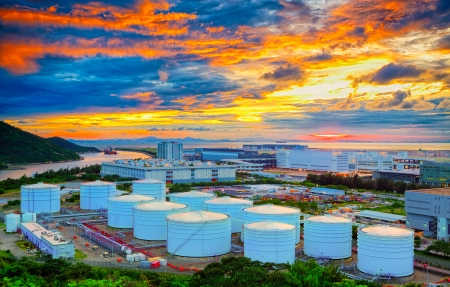 Los tanques de petróleo en la puesta del sol de Hong-Kong, Tung Chung