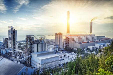 일몰에 석유 화학 산업의 빛 노을.