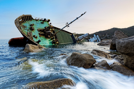 香港で難破船海夕日 写真素材