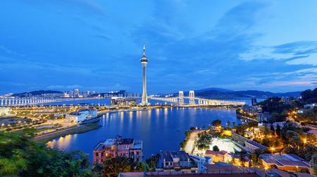 Stadtlandschaft mit berühmten Macau reisen Turm unter blauem Himmel in der Nähe Fluss in Macao, Asien.
