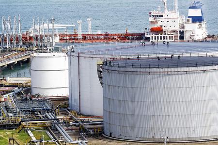 industria petroquimica: Estación de depósito de aceite en el día