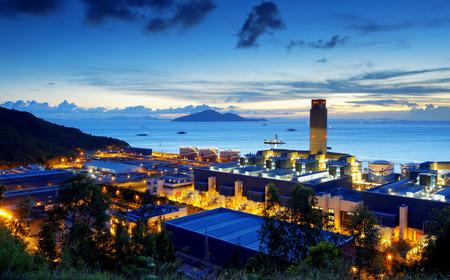 industria petroquimica: central eléctrica de la industria petroquímica en la puesta del sol. Foto de archivo