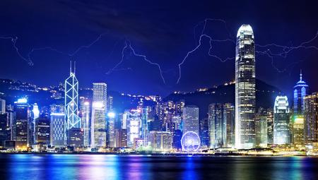 Tormenta del relámpago en el cielo noche de la isla de Hong Kong.