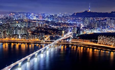 서울 타워와 밤에 시내의 스카이 라인, 한국