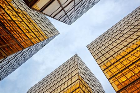 파노라마 및 전망 넓은 각도보기 철강 밝은 파란색 배경의 유리 고층 건물 마천루 상업 미래의 현대 도시입니다. 성공적인 산업 아키텍처의 비즈니스