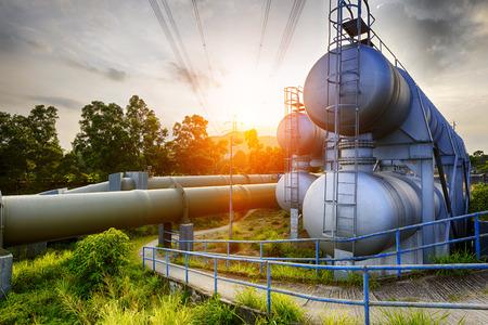 industria petroquimica: Glow luz del tanque de agua de la industria petroquímica en la puesta del sol. Foto de archivo