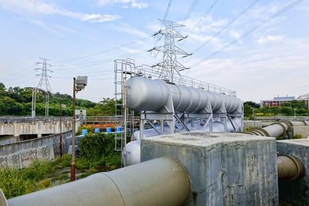 industria petroquimica: La luz del resplandor del tanque de agua de la industria petroquímica en la puesta del sol