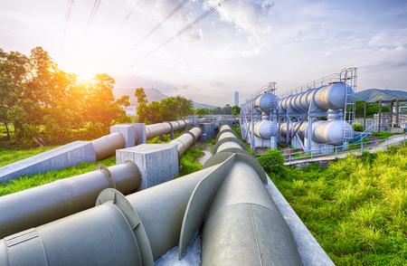 Glow Licht der petrochemischen Industrie Wassertank auf Sonnenuntergang