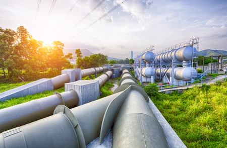 industriales: La luz del resplandor del tanque de agua de la industria petroquímica en la puesta del sol