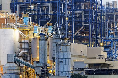 industria petroquimica: industria petroquímica en la puesta del sol, hong kong Foto de archivo