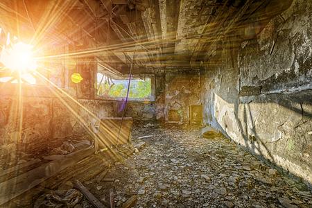 pared rota: destrucción del fin del mundo arruina daños de fábrica Foto de archivo
