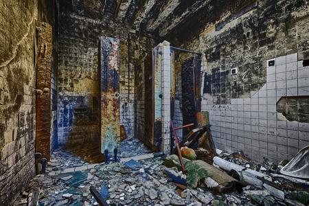 pared rota: Hospital Mental de baño en la construcción de ruina abandonada Foto de archivo