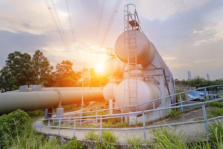 refinería de petróleo: industria del gas y el petróleo de la refinería de fábrica al atardecer, planta petroquímica