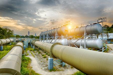 Olie- en gasindustrie raffinaderij fabriek bij zonsondergang, petrochemische fabriek Stockfoto - 51769671