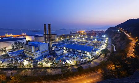 petrochemische Industrieanlage in der Nacht, Kohlekraftwerk in Hong Kong