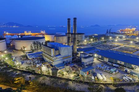 Usine industrielle pétrochimique de nuit, centrale à charbon
