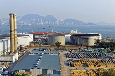 industria petroquímica en la puesta del sol, central eléctrica de carbón Hong Kong y el tanque de aceite