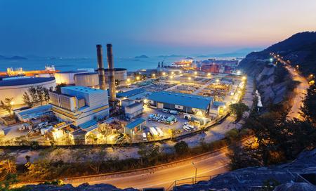 plante: industrie pétrochimique sur le coucher du soleil, hong kong centrale à charbon et réservoir d'huile