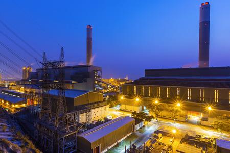 Hong Kong elektriciteitscentrale bij zonsondergang, Glow licht van de petrochemische industrie Stockfoto