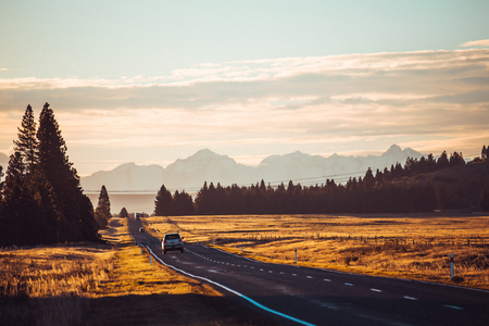 Straßenfahrt in den grünen Bergen von Neuseeland Blick vom Autofenster. Szenische Gipfel und Grate. Schöner Hintergrund der erstaunlichen Natur.