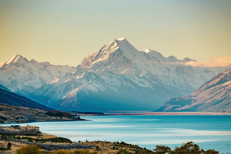 Weg naar Mt Cook, de hoogste berg van Nieuw-Zeeland. Schilderachtige snelwegrit langs Lake Pukaki in Aoraki Mt Cook National Park, Zuidereiland van Nieuw-Zeeland.