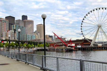 seattle: Seattle frente al mar con la rueda de Seattle Gran Editorial
