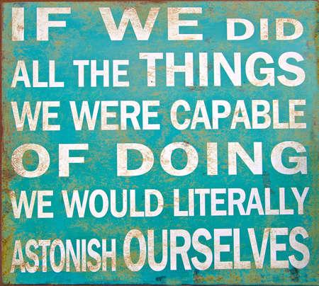 inspiracion: Un viejo cartel con una cita inspirada de motivaci�n de Thomas Edison Foto de archivo
