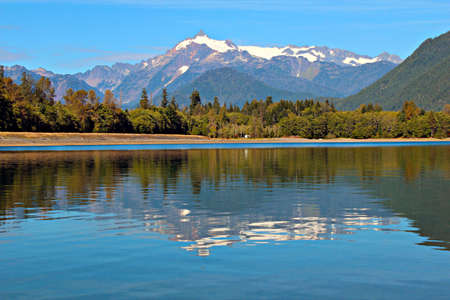 Mount Shuksan reflected in Baker Lake in the  Mt  Baker-Snoqualmie National forest Reklamní fotografie - 15548135