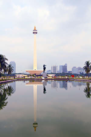 phallic: Monumento Monas Square y piscina de Relfection, el centro de Yakarta, Indonesia Merdeka Nacional Editorial