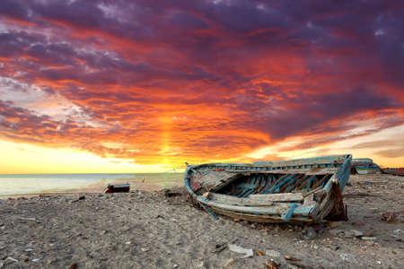 오래 된 유기 낚시 보트와 바다