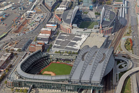 seahawks: SEATTLE - 04 de octubre Vista aérea de Safeco Field, hogar de los Marineros de Seattle Béisbol, y CenturyLink Field, hogar de los Halcones Marinos de Seattle Sounders el fútbol y el fútbol, ??el 4 de octubre de 2013, de Seattle