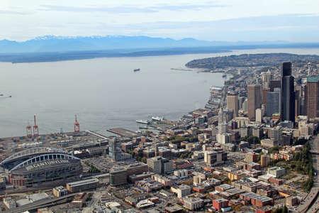 seahawks: SEATTLE - 04 de octubre Vista aérea del centro de Seattle y Centurylink Stadium, casa de los Seahawks y los Seattle Sounders, el 4 de octubre de 2013, de Seattle, WA, EE.UU.